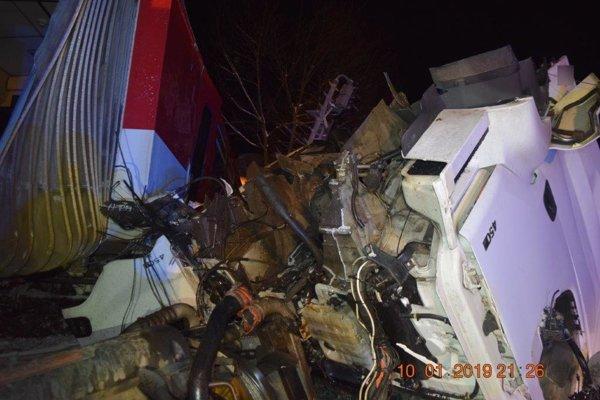 Po zrážke kamióna a vlaku sa zranilo sedem ľudí.