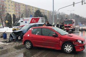 Rozbité autá po zrážke na Terase