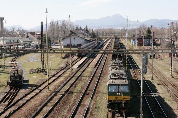 Cestujúci budú na vlak nastupovať z novej stanice, ktorá bude napravo od diaľnice, približne na úrovni areálu vodného slalomu.