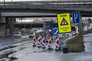Národná diaľničná spoločnosť (NDS) spresnila, že dôjde k čiastočnej uzávere zjazdovej vetvy diaľnice D1 v úseku zhruba 5,5 - 5,8 km v smere Prístavný most - Bajkalská ulica. Obmedzenie má potrvať do konca januára.