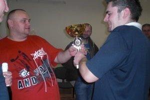 Peter Zvak (vľavo)gratuluje víťazovi Patrikovi Pápežovi.