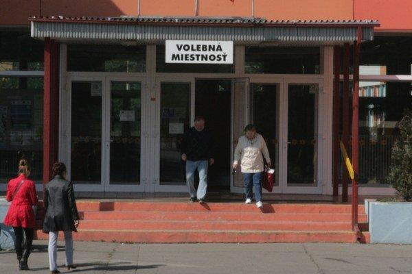 Voliči z celého sídliska Podbreziny chodia voliť do tamojšej základnej školy.