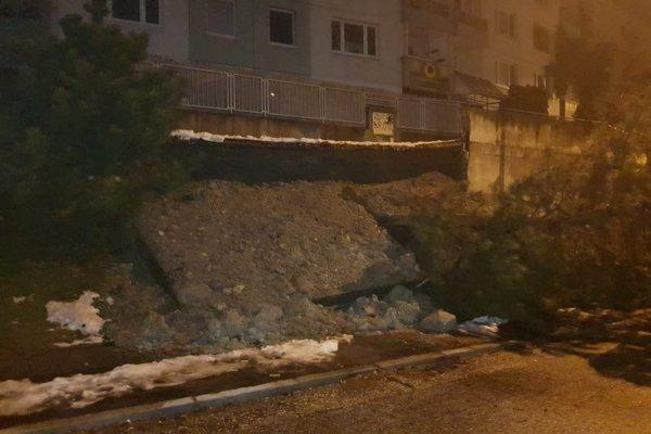 Na snímke čiastkový zosun svahu a následne oporného múru v blízkosti bytového domu na Ulici Ľudovíta Fullu v bratislavskej Karlovej Vs.