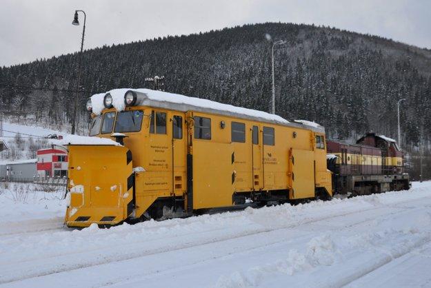 Železničiari nasadili na Orave snežný pluh.