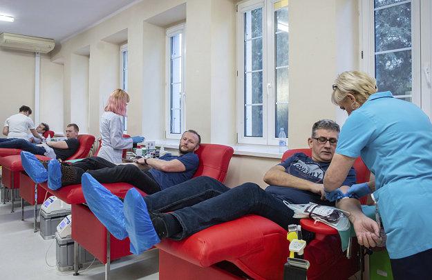 Obyvatelia Gdanska po správach, že starosta dostal 15 litrov krvi a potrebuje ďalšiu, zriedkavú skupinu 0 Rh, zaplavili transfúzne stanice.