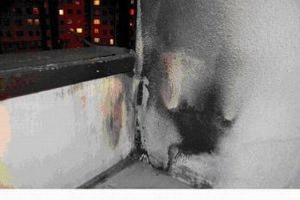 Obhorený balkón, na ktorý spadol zle uhasený ohorok z cigarety.