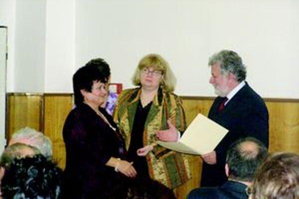Župan TSK P. Sedláček odovzdal riaditeľke školy A. Bartoňovej pamätný list.