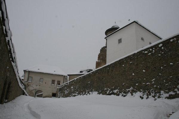 Horolezci pracujú na Ľubovnianskom hrade.