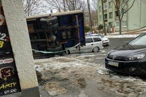 Nehoda v Poprade. Nákladiak privalil osobné auto.