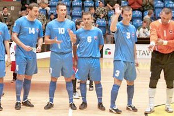 Ján Švikruha( druhý sprava)podáva dobré výkony aj vo futsalovej reprezentácii Slovenska.