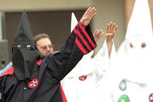 Členovia Ku Klux Klanu.