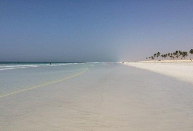 Salalah je príjemná a teplá destinácia na dovolenku na pláži.