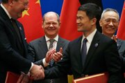 Nemecký minister financií Olaf Scholz (uprostred) and čínsky vicepremiér Liou Che (vpravo) počas podpisu dohody.