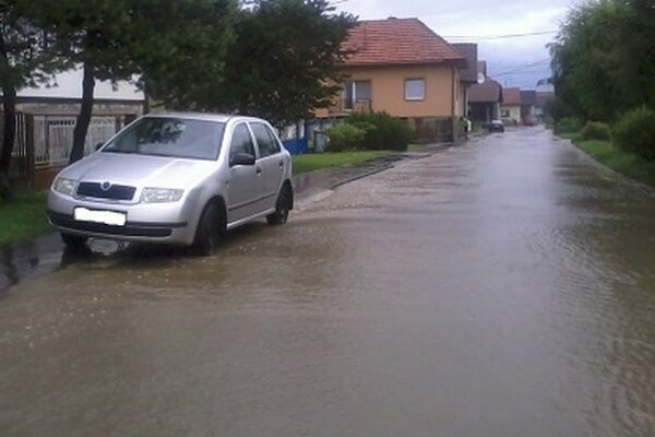 Kalná dažďová voda sa na hlavnú cestu valila aj z bočných uličiek.