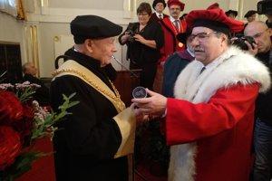 Na snímke rektor UPJŠ Pavol Sovák odovzdáva čestný titul Rudolfovi Schusterovi.