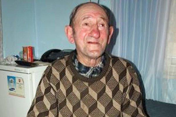 Dedo Miklušek má dnes 85 rokov, no na svoj vek ani zďaleka nevyzerá. A ako nás pri našej návšteve presvedčil, ani sa naň necíti.
