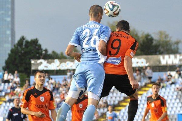 Zľava: Andrej Lovás z Ružomberka, David Hudák zo Slovana a Adam Zreľák z Ružomberka v zápase 4. kola.