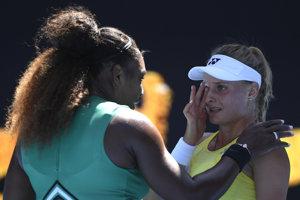 Serena Williamsová (vľavo) utešuje Dajanu Jastremskú.