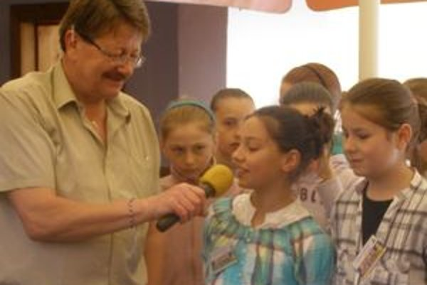 Izabela Trepáčová, v rozhovore s moderátorom Ivanom Šenšelom, je autorkou myšlienky, aby deti pomáhali deťom zo sociálne slabších rodín.