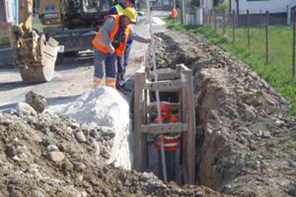 V tomto roku  vybudovali kanalizáciu  aj v Stošiciach, kde býva úspešný superstarista Martin Harich.