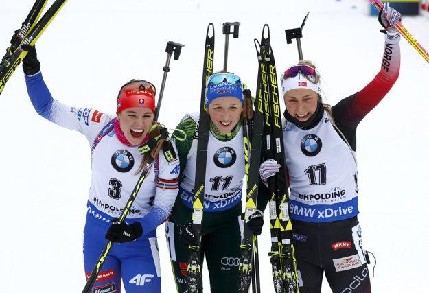 Zľava: Paulína Fialková, Franziska Preussová a Ingrid Landmark Tandrevoldová po pretekoch s hromadným štartom v nemeckom Ruhpoldingu 20. januára 2019.