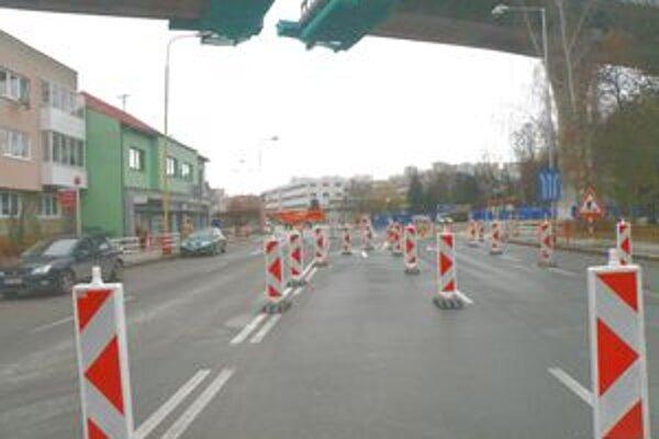 Zmena dopravného značenia na križovatke pri policajtoch.