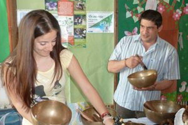 Otec Tibor s dcérou  Alenou pri tibetských miskách. Ktorá sa rozozvučí najkrajšie, najdlhšie?