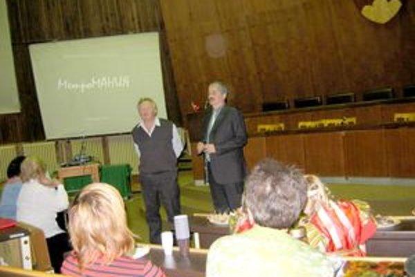 Zo stretnutia s autorom. Pavol Hladký prekladá autorove myšlienky.