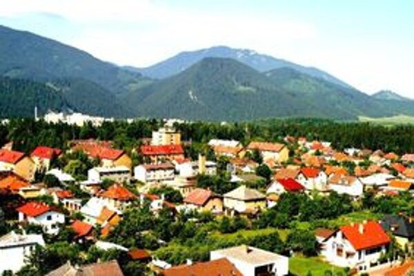 Pri porovnaní s mestami s podobným počtom obyvateľov patrí Liptovský Hrádok k mestám s najnižším počtom zamestnancov v samospráve.