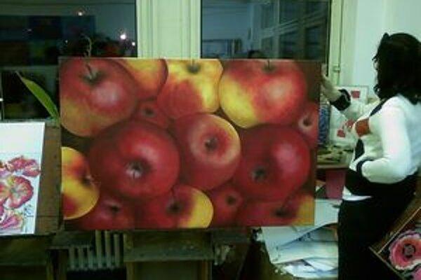 Olejomaľba Petry Lackaňovej Jablká má stodvadsať krát sto centimetrov.