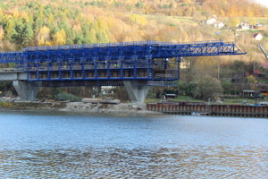 Takto mali rozostavaný most cez priehradu začiatkom jesene. Stavbári dosť pokročili.