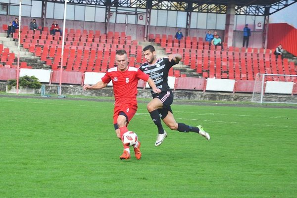 Marek Gajdošík z Pov. Bystrice (v červenom) patrí k najlepším strelcom súťaže.