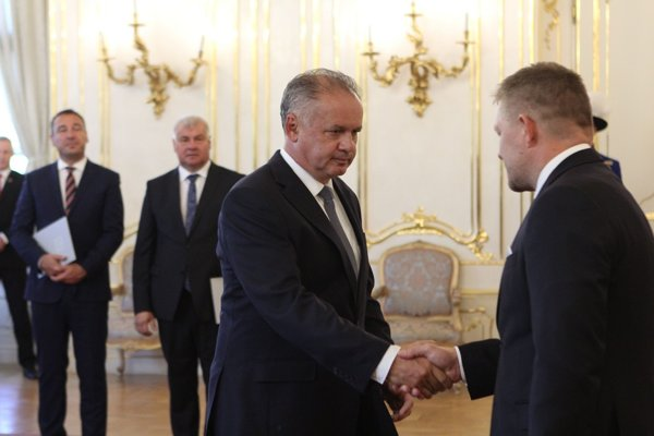 Na snímke vpravo si prezident SR Andrej Kiska (druhý sprava) podáva ruku s Robertom Ficom.