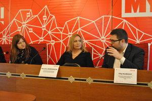 Moderátorka Miriam Hojčušová, Miroslava Remenárová a Filip Hlubocký.