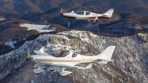 Vyrábajú dva druhy lietadla. Dvojmiestne (v popredí) a štvormiestne (v pozadí).