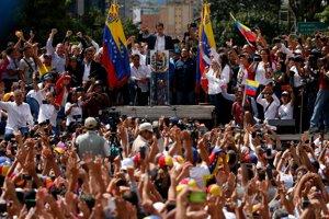 Juan Guaidó vystupuje pred protestujúcim davom.