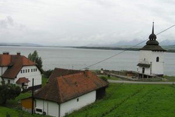 Z obce Liptovská Mara, v ktorej žilo krátko pred zatopením asi 330 obyvateľov, zostala iba fara a veža gotického kostola Panny Márie.