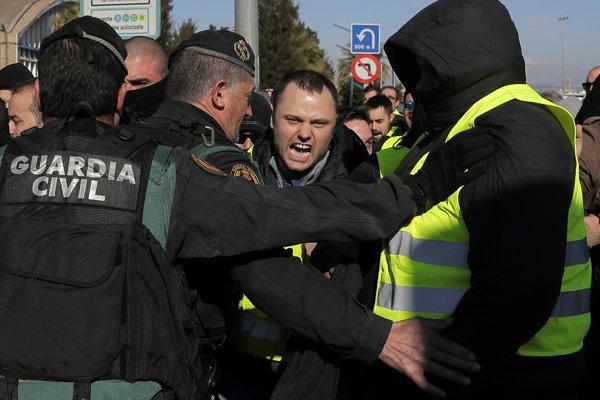 Barcelonský taxikár protestuje proti činnosti turistických dopravných služieb v pondelok 21. januára.