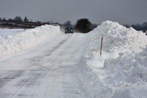 Snehové záveje na ceste medzi obcami Ladmovce a Zemplín.