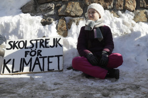 Mláda Švédka Greta protestuje pred budovou kongresového centra v Davose.