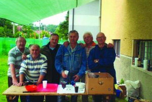 Chlapi  na letnom stretnutí uvarili  guláš, pomáhali im aj ženy.