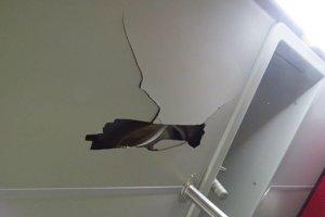 Poškodený strop.