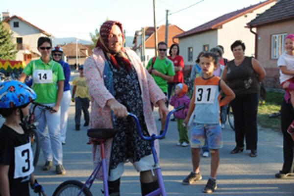Ženy museli po štarte prejsť na bicykli čo najrýchlejšie k lavičke, zobrať prázdne vedro, pracie mydlo, kefu a tkaný koberec. Ako prvý vyštartoval na trať prezlečený za liskovskú ženičku Peter Kulich.