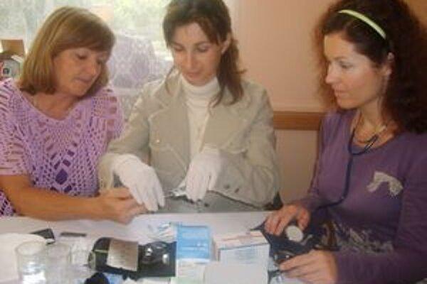 Na Dubnickom diabetickom dni návštevníci využili možnosť merania hladiny cukru v krvi.