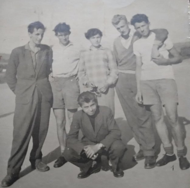 Pavel Hlavatý (druhý zprava) by si rád zaspomínal spriateľmi zTrnavy na cyklistické časy.