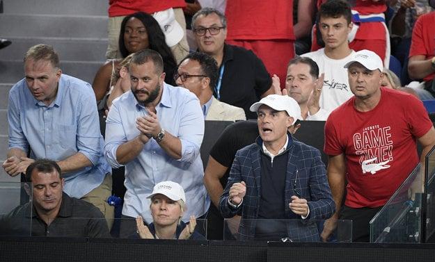 Marián Vajda (vpravo) a ostatní členovia Djokovičovho tímu sledujú finálový zápas proti Rafaelovi Nadalovi.