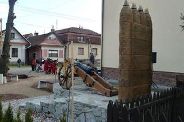 Pri otvorení námestíčka zazneli aj salvy z historických zbraní miestnych kurucov.