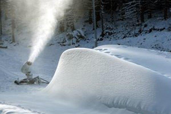 Dlhodobý nedostatok zrážok spôsobil, že v zasnežovacom jazere je menej vody, ale na výrobu snehu zatiaľ stačí.