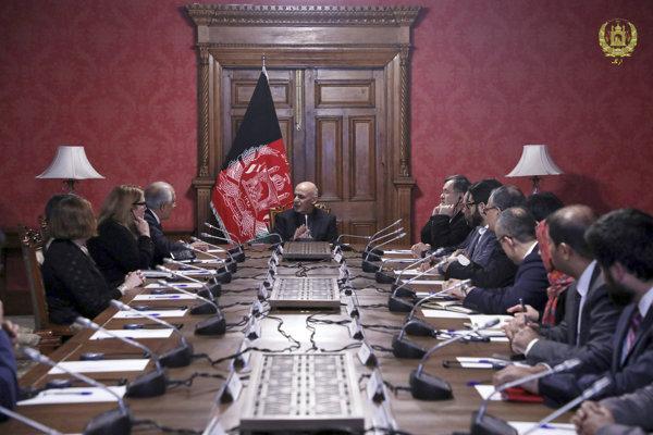 Zalmay Khalilzad (tretí zľava) počas rokovania s afganským prezidentom Ašrafom Ghaním.