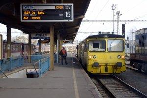 Vlak smeruje zo Zvolena do Šiah.